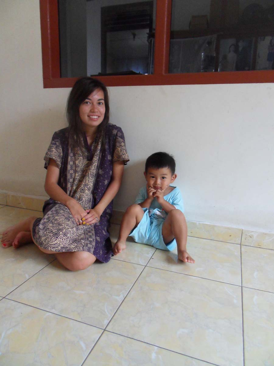 In m'n prachtige Batik pyjama en m'n achter-achter-achter neefje Nathan