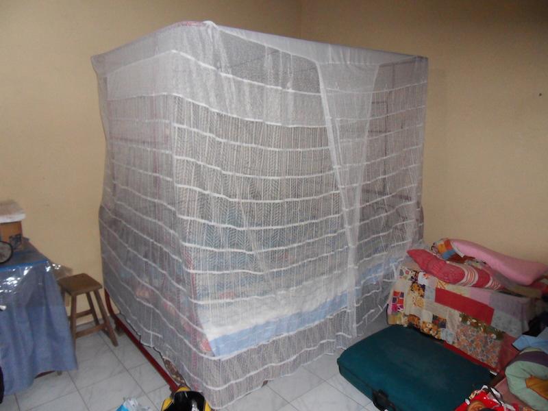 Het bed met de klamboe. Er zijn hier namelijk malariamuggen!